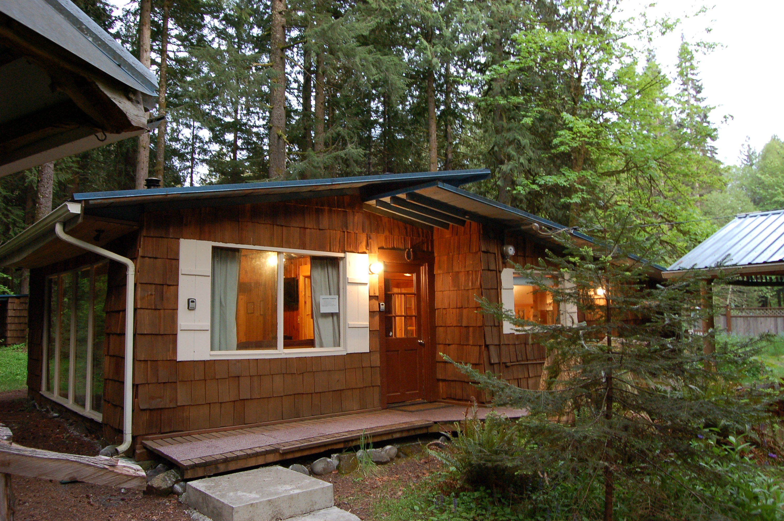 rainier extra small mountain a of vacation cabin while an ext rental almost your lily mt queen the kind available is cabins at specials paradise new has montana one suit rentals size bed this needs to