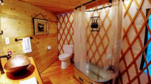 Happy Tails Cabin bathroom and bathtub